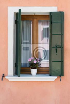 Okno z zielonymi okiennicami. Burano. Wenecja. Włochy