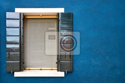 Okno z zielonymi żaluzjami na błękit ścianie domy. Włochy, Wenecja, Burano.