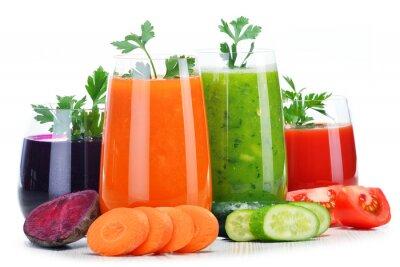 Naklejka Okulary z świeżych soków warzywnych samodzielnie na białym tle