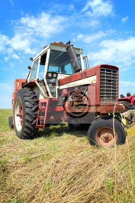 Old Ciągniki rolnicze w polu trawy