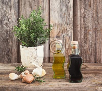Naklejka Oliwa z oliwek i ocet w butelkach z czosnkiem i rosemary.Toned