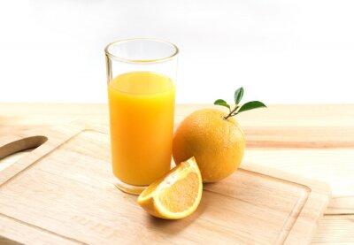 Orange świeżych owoców na białym tle
