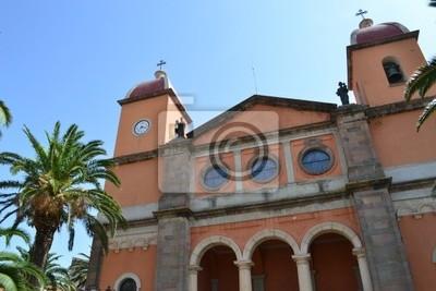 Oschiri kościół przy bezchmurnym niebie