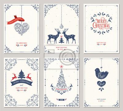 Ozdobne pionowe zimowe kartki okolicznościowe z drzewem noworocznym, reniferami, ozdoby świąteczne, gołębica, wirować ramki i projekt typograficzny.