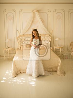 Panna młoda w białej sukni w luksusowym wnętrzem