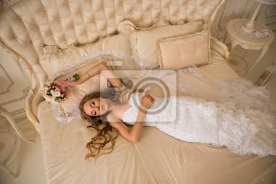 Panna młoda w białej sukni w luksusowym wnętrzu na