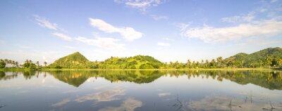 Naklejka Panorama górskim wzgórzu w niebie refleksji