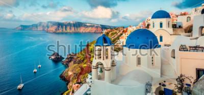 Naklejka Panorama Oszałamiająco Santorini Wyspa Santorini. Prześwietny wiosna wschód słońca na sławnym Greckim kurorcie Oia, Grecja, Europa. Podróże koncepcja tło. Styl artystyczny po przetworzeniu zdjęcia.