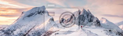 Naklejka Panorama stromych szczytów gór z pokrytym śniegiem i alpinistą