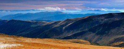 Naklejka Panoramiczne widoki na góry jesienią i szczyty pokryte z pierwszym śniegiem na zachodzie słońca.