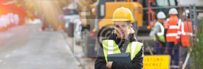 Naklejka panoramiczny widok młodych kobiet architekta z zespołem budowlanym