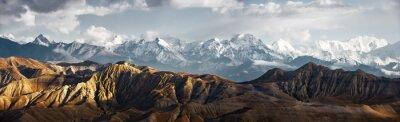 Naklejka Panoramiczny widok na pasmo górskie śniegu
