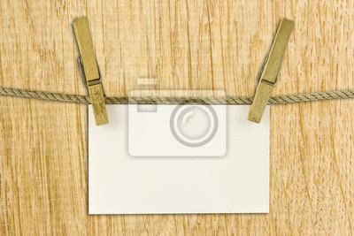 papier powiesić na sznurku z wycinek ścieżki na tle drewna