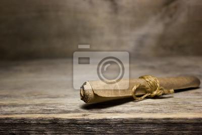 Naklejka Papier przewijania na drewnianym stole.