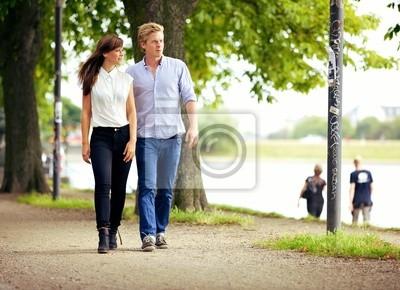 Para zakochanych Spacerując w parku