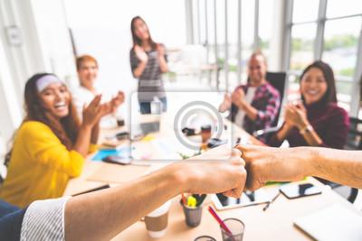 Naklejka Partnerzy biznesowi lub mężczyźni współpracowników pięść bump w spotkaniu zespołu, wieloetniczna zróżnicowana grupa szczęśliwych kolegów klaskanie ręce. Współpraca zespołowa, budowanie zespołu lub kon