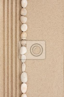 Pasek z białych kamieni leżących na piasku