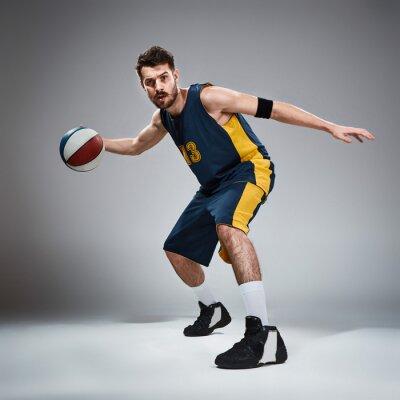 Naklejka Pełna długość portret koszykarza z piłką