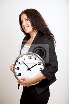 Pewna kobieta trzyma zegar