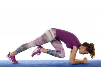 Naklejka piękna dziewczyna robi ćwiczenia fitness na białym tle