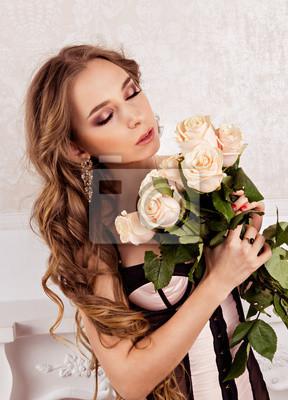 Piękna dziewczyna trzyma bukiet białych róż