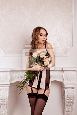 Piękna dziewczyna trzyma bukiet róż.