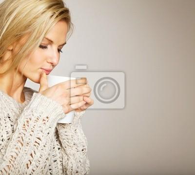 Piękna kobieta korzystających kawy w Aroma