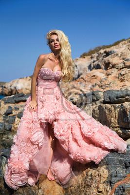 Piękna KOBIETA w różowej sukience