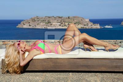 Piękna kobieta w stroju kąpielowym