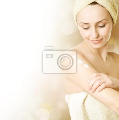 Piękna młoda kobieta stosowania koncepcji moisturizer.Skincare