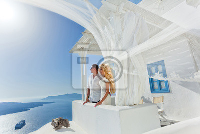 Piekna mloda para w sukni slubnej w Santorini z długim welonem