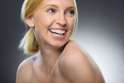 Naklejka Piękna naturalnie kobieta z czystą, świeżą skórą