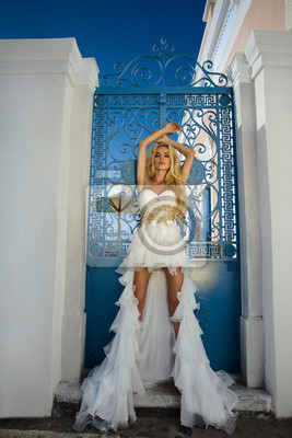 Piękna panna młoda w sukni ślubnej na Santorini w Grecji.
