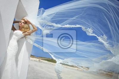 Piękna panna młoda w sukni ślubnej w Grecji z długim welonem