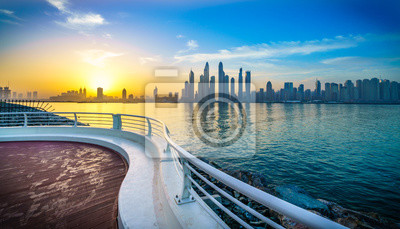 Naklejka Piękna panorama drapaczy chmur w Dubaju od promenady na wschodzie słońca. Zjednoczone Emiraty Arabskie