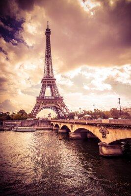 Naklejka Piękna Wieża Eiffla w Paryżu, Francja pod złotym świetle