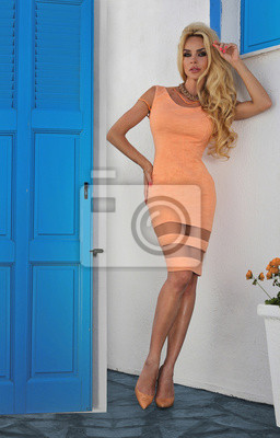 Piękne blond kobieta w sukni ślubnej w Santorini w Grecji