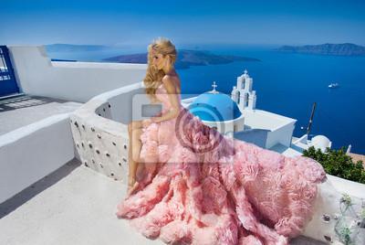 Piękne blond kobieta z długimi nogami w różowej sukni balowej