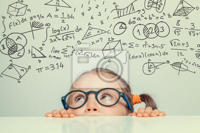 Naklejka Piękne cute little girl z matematyki formuły i problemy