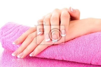 Piękne dłonie kobiety z francuski manicure na tle różowy