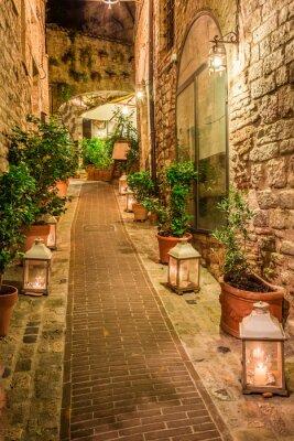 Naklejka Piękne urządzone ulicy w małym miasteczku we Włoszech, w Umbrii