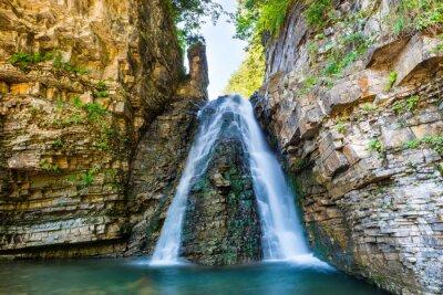 Naklejka Piękne wodospad w lesie