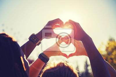 Naklejka piękne zdjęcie pary kształtów serca z ich rąk toned z filtrem retro vintage instagram