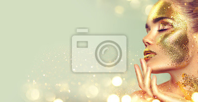 Piękno mody modela dziewczyna z złotym skóry makijażem i ciałem, złoty biżuterii tło. Gold body art. Portret sztuki mody