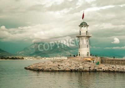 Naklejka Piękny krajobraz przyrody z gór zakresie, pochmurne niebo i latarnia morska w porcie Alanya, Turcja