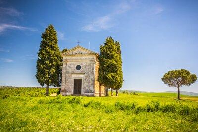 Naklejka Piękny krajobraz z kaplicą w Toskanii we Włoszech