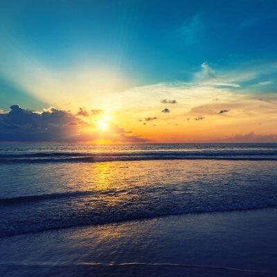 Naklejka Piękny pomarańczowy wschód słońca