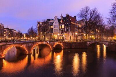 Naklejka Piękny widok z amsterdamskich kanałów z mostka i typowy holenderski