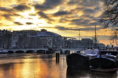 Naklejka Piękny zimowy panorama rzeki Amstel i chudy mostu w Amsterdamie, w Holandii. HDR