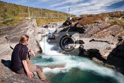 Piesi na dzikiej rzeki w Laponii